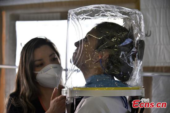 Columbian hospital unveils transparent helmet-like oxygen mask
